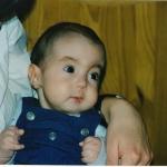 Jaël (Trisomie 18) im Alter von 5 Monaten, auf dem Arm ihrer Mama