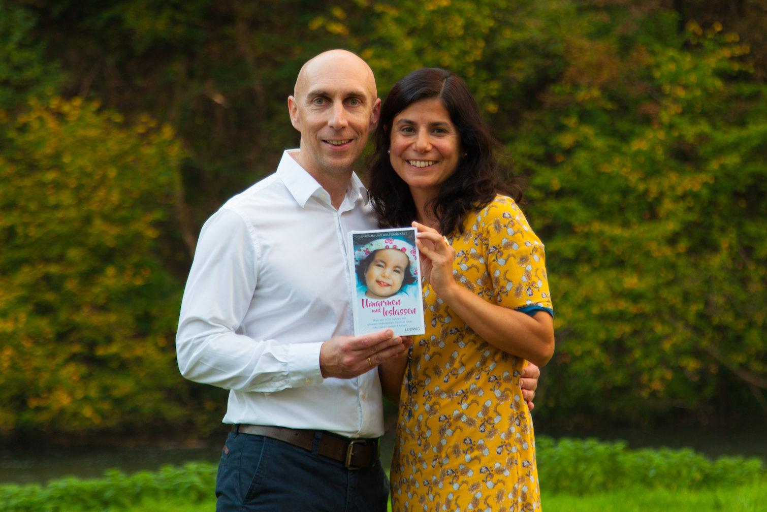 """Shabnam und Wolfgang Arzt präsentieren das Buch """"Umarmen und loslassen"""" über die Geschichte mit ihrer Tochter Jaël"""