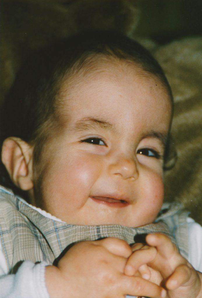 Jaël mit zwei Jahren, lachend auf einem Sitzsack