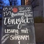Tafel vor dem Eingang des Prachtwerk, auf der steht: 09.03. 20:00 Uhr tonight: »Umarmen und loslassen« Lesung mit Shabnam & Wolfgang Arzt