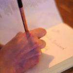 Shabnams Hand, die unser Buch signiert