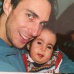 Jaël (Trisomie 18) und ihr Papa lächeln in die Kamera